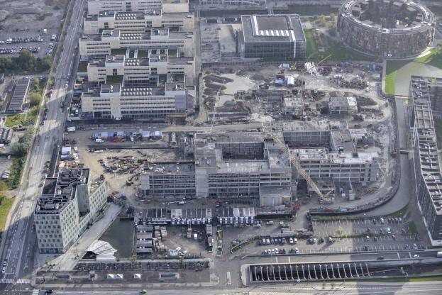 Netop nu deltager LM Byg A/S blandt andet i udvidelsen af Københavns Universitet i Njalsgade, hvor virksomheden opfører 48.000 kvadratmeter råhus - en råhusentreprise, der omfatter jord, kloak, grundvandssænkning, jordankre, in-situ beton, montage af betonelementer og trapper, samt stålarbejder og tagarbejder.