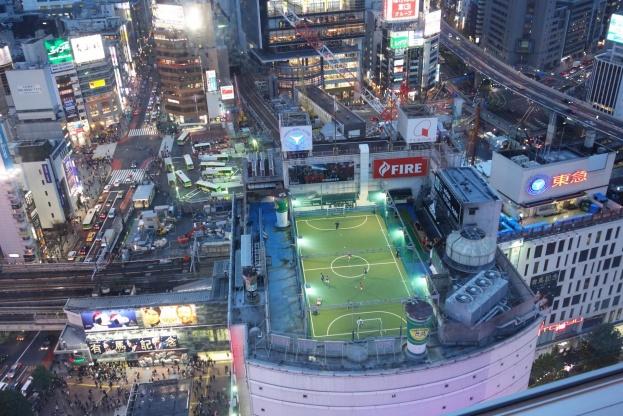 Pladsen er trang i Tokyo. Derfor er arkitekterne nødt til at tænke meget kreativt for at få plads til alle. Blandt andet i form af denne fodboldbane på taget af dette højhus.