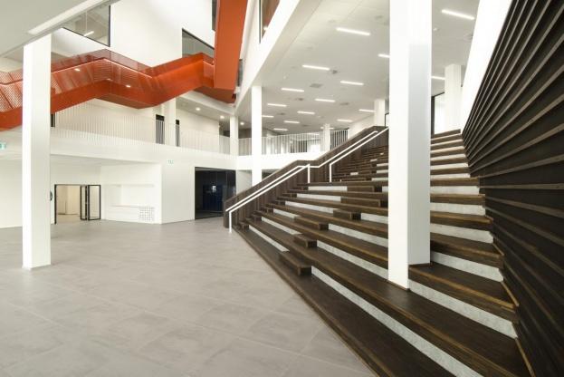 Bygningens centrale multirum benyttes i det daglige som kantine og konferencerum, men er også beregnet til andre større arrangementer. Med højt til loftet og mange skæve vinkler har det stillet særlige krav til byggematerialerne, ikke mindst den del, der har indflydelse på akustikken.