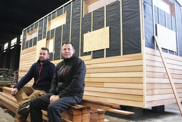 Michael Henneke (th.) og Lasse Nielsen står bag projektet Tiny House Living i Danmark, som vil skabe billige, mobile boliger til eksempelvis studerende, flygtninge mv. Foto: Kim Ebbesen.