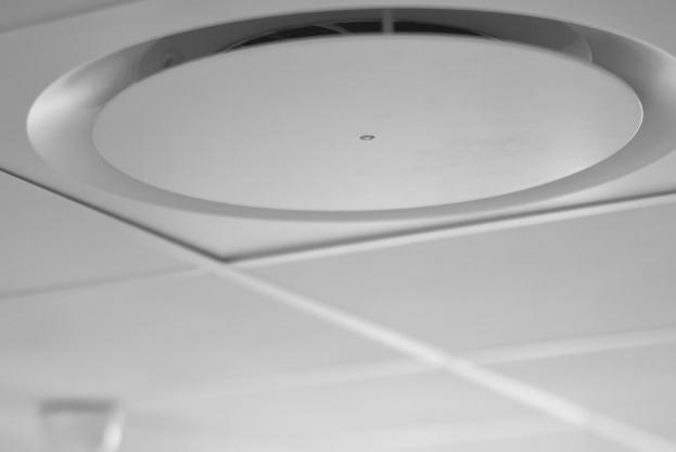 Miljøstyrelsen anbefaler udluftning med gennemtræk minimum to gange dagligt. Men et mekanisk ventilationsanlæg sørger for at suge fugtig luft ud og få frisk luft ind i boligen døgnet rundt. Pressefoto.