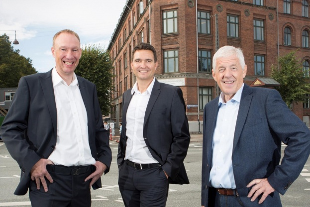 Adm. direktør Thomas W. Færch er her flankeret af Henrik Nissen (t.v.) og Jørgen Junker.