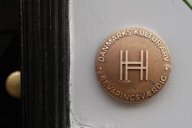 Plaketten er designet af arkitekt MAA Bue Beck og fabrikeret af Dansk Skalform A/S.