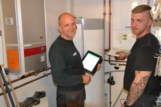 Arne Sørensen med sønnen Christian og den uundværlige iPad.