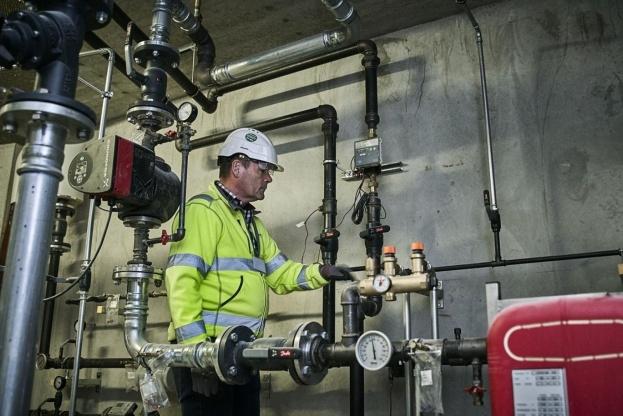 Morten Højrup fra John Jensen VVS tester fjernvarmeanlægget til de første 91 lejligheder i Øresund Strandpark.