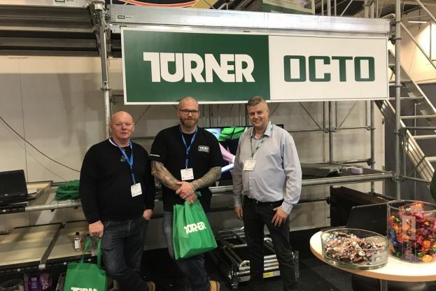 Stifter Henrik Thers og daglig leder Martin Thers på Bygg 2017 i Malmö, da de afgav den store ordre til Michael Lorensen, Regional Manager Danmark hos Turner Access. Pressefoto.