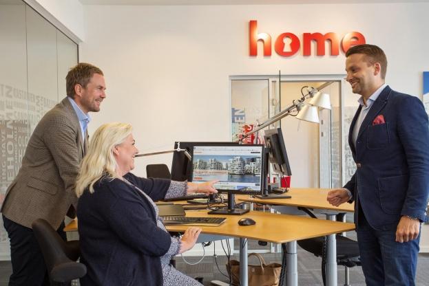 Heimstaden arbejder tæt sammen med home Lone Bøegh Henriksen om investeringen i boligmarkedet i København. Her er det fra venstre Håvard Staff Brenno, Lone Bøegh Henriksen og Tom Rasmussen. Foto: home.