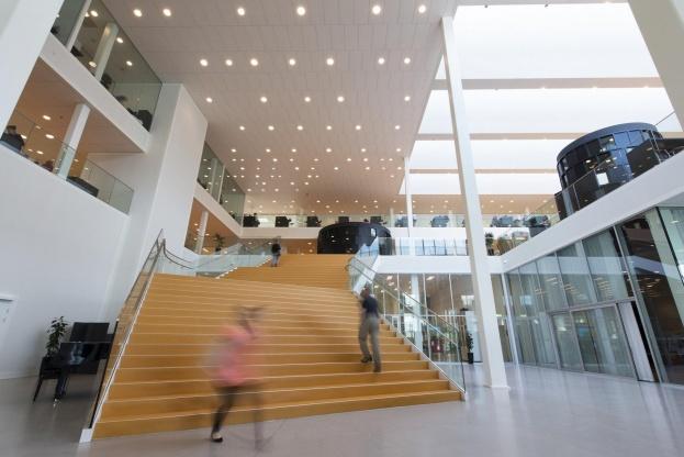 De stigende krav til projektering i BIM får nu Rockfon til at lancere BIM-objekter til et bredt udvalg af deres akustiske loft- og vægløsninger. Her er det Campus Roskilde. Pressefoto.