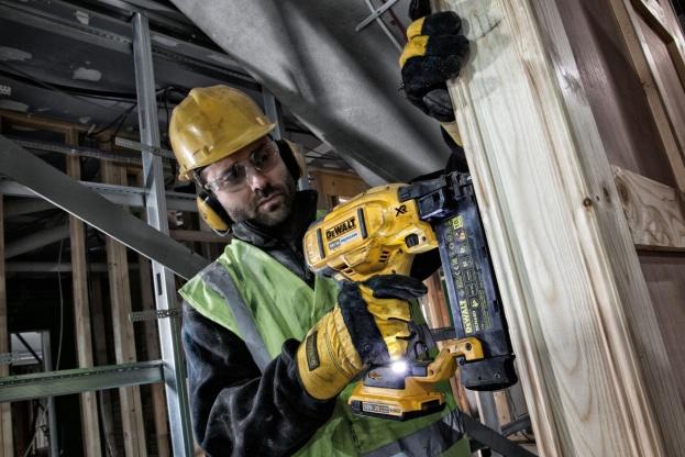 Nu udvider Dewalt sit batteridrevne XR-sortiment med yderlige tre effektive montageværktøjer til professionelle håndværkere; en dykkerpistol, en klammepistol og en gulvpistol.