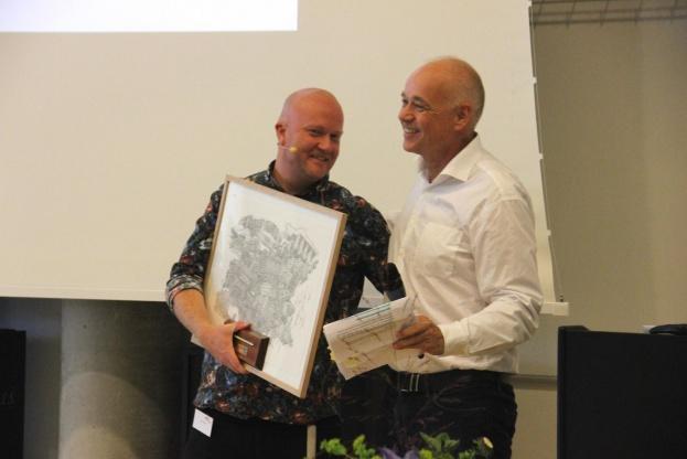Rune Kilden (til venstre) fik prisen overrakt af Byggesocietetets lokalformand i Aarhus, Kim Risager. Foto: Torben Jastram.