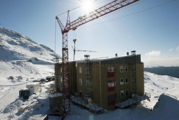 Det grønlandske entreprenørfirma Permagreen bygger i Nuuk. Klimaet spiller en stor rolle i grønlandsk byggeri. PR-foto.