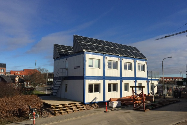 I øjeblikket testes et af de mobile solcelleanlæg på byggepladsen ved opførelsen af Rambølls domicil i Esbjerg. Pressefoto.