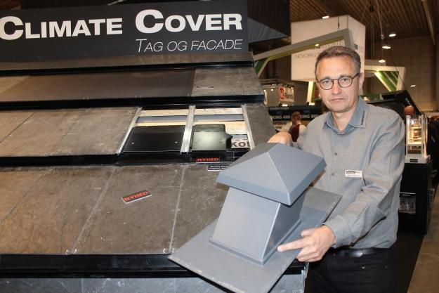 Niels Heidtmann, medejer og teknisk direktør i Komproment ApS, holder den traditionelle ventilationshætte, som er fjernet i tagløsningen Climate Cover. Foto: Kim Ebbesen.