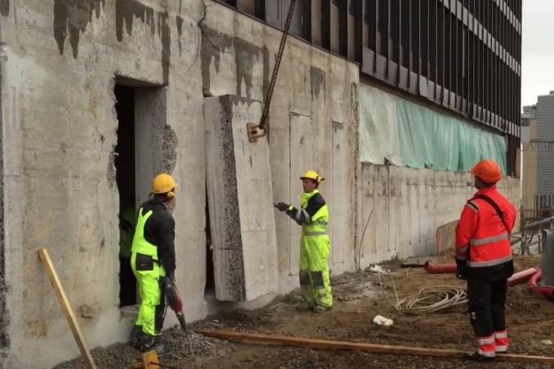 Betonblokke hives ud af hospitalsmur