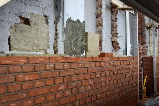 Ny renovering af murede facader foregår udefra
