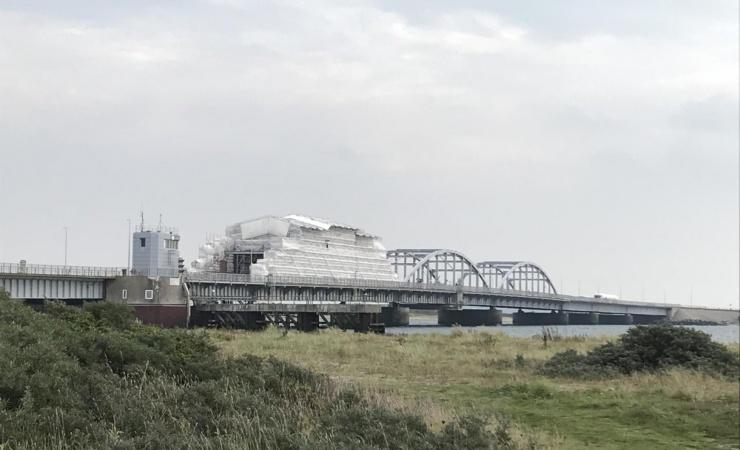 Bro pakkes ud til møgvejr