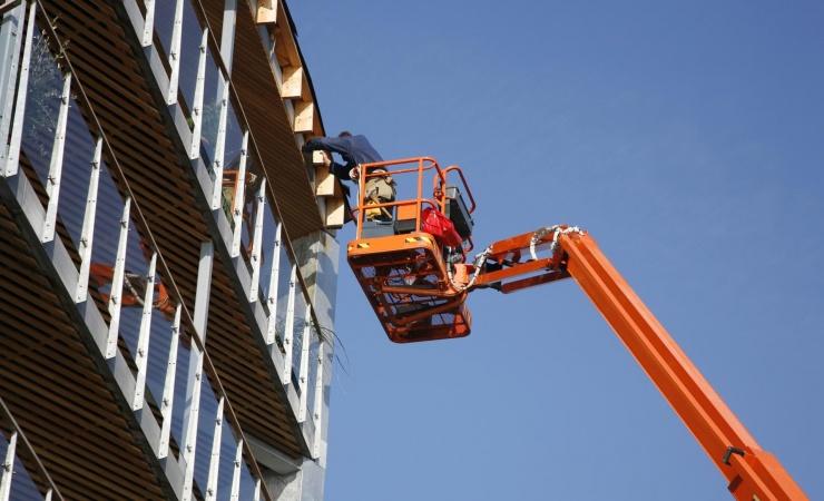 Håndværkere og bygningsarbejdere arbejder flest timer