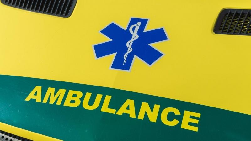 To personer ramt af sammenstyrtet væg