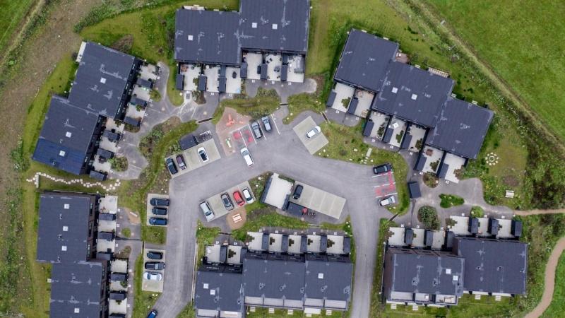 Svanemærkede rækkehuse med rekreativt LAR-landskab på flyvestationen