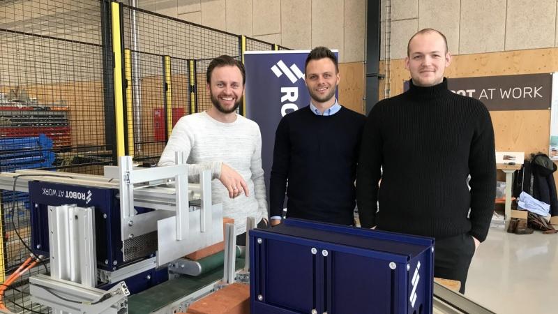 Robotten bygger, mureren kvalitetstjekker