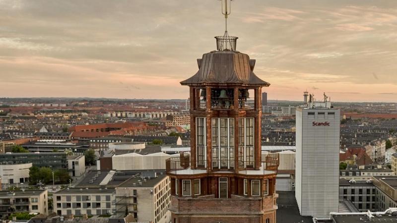 Fuldendt finish på genskabt rådhustårn