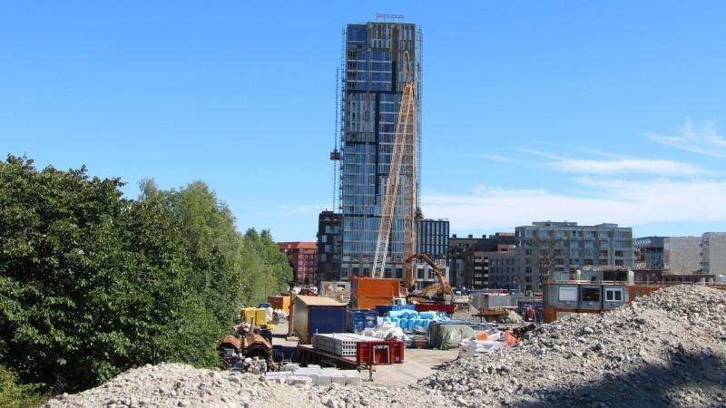 Skandalen vokser: Byggeaffald fundet i betonfundament under højhus