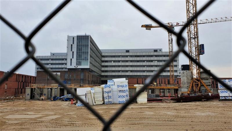 Våbenhvile skal få problemramt sygehusbyggeri i mål