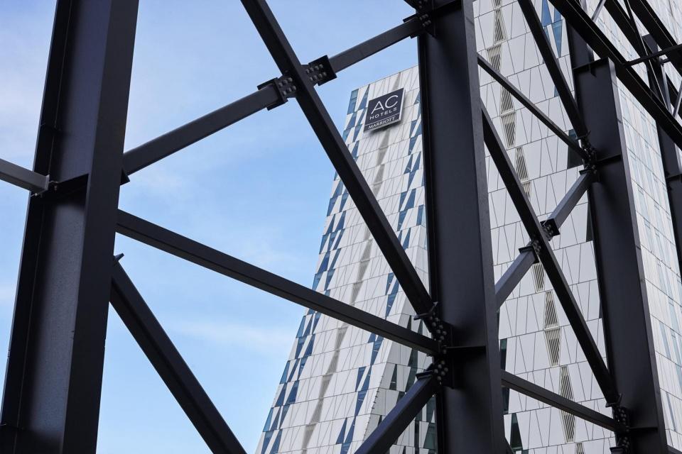 Give Steel monterer skelettet i Nordeuropas største kongrescenter